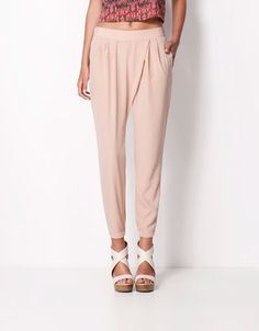 Este es un pantalónes que llevo en mi tiempo libre. Es flojo y muy bonito. Que está muy de moda.