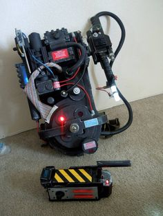Ghostbusters proton pack and ghost trap Holidays Halloween, Halloween Party, Halloween Decorations, Halloween Costumes, Group Halloween, Halloween Ideas, Ghostbusters Proton Pack, The Real Ghostbusters, Ghostbusters Backpack