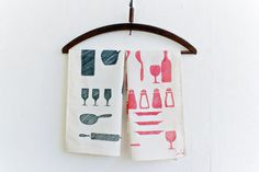 Create your own tea towels with this very easy diy! You only need fabric markers, and some ikea fabric. Perfect as a gift or a craft to do with the kids!