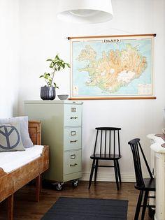 Työhuoneessa on kirpputorilta ostettu vanha arkistokaappi. Karttakin on löytynyt…