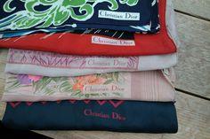 lot van 5 zijde Christian Dior sjaals  Lot van 5 vintage 100% zijde Christian Dior sjaals.Blauwgroen formaat 75 - 75 cm. perfecte conditie op vlekje na met handgerolde zoom.Paradijsvogel rood zwart formaat 85 -85 cm. gepoetst op een plekje waardoor beschadigd en wat vlekjes. Met handgerolde zoom.Vos formaat 80 - 70 cm vlekjes met handgerolde zoom.Pastel bloemen 85 - 85 cm wat make-up vlekken etc. met handgerolde zoom.Grote Heren sjaal donker blauw rood formaat 75 -1 50 cm. perfecte conditie…