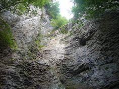 Na západnom okraji Nízkych Tatier, v lesoch pod vrchom Veľký Brankov, sa ukrýva strhujúci 55 metrov vysoký vodopád.