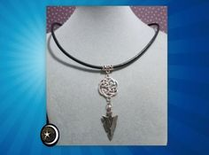 Colgante de Nudo Celta y punta de Flecha y cordón de cuero