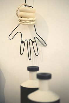 Main en métal, Mark Eden Schooley, bracelets anciens en bakélite et bagues, Mathilde Danglade. Toilet Paper, Bracelets, Hands, Jewelry Designer, Belgium, Ring, Room, Bracelet, Bangles