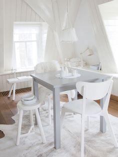 De vierkante tafel van Ikeais hier geverfd met Loft Grey van Painting the Past, het houtwerk met White Honey van Histor, de stoelen van Ikea en het vintage dressoir van Neef Louis zijn witgeverfd.