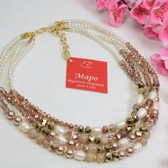 Collana Maddy dorata ramata, multifilo adatta per una serata glamour o per un outfit da lavoro, realizzata con perle di fiume, resine e cristalli orientali ramati e dorati