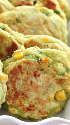 Avocado Corn Cakes, these are great served with a spicy guacamole. Needs to be Veganized! Healthy Diet Recipes, Healthy Snacks, Vegetarian Recipes, Cooking Recipes, Healthy Nutrition, Cooking Tips, Nutrition Data, Nutrition Articles, Nutrition Guide