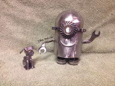 Mignon métal Scrap Metal Art, Sculpture, Garage, Bite Size, Carport Garage, Garages, Sculpting, Statue, Car Garage