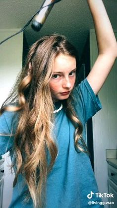 20 Long Curly Hairstyles – Ideas and Inspiration in 2020 Long Curly Hair, Curly Hair Styles, Inspo Cheveux, 90s Grunge Hair, Brown Blonde Hair, Hair Videos, Hairstyles Videos, Hair Highlights, Pretty Hairstyles