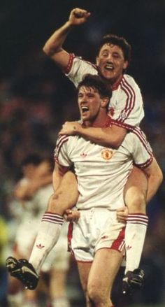 Man Utd 2 Barcelona 1 in May 1991 at De Kuip Stadion. Gary Pallister and Steve Bruce are over joyed at winning the European Cup Winners Cup Final. Manchester United Champions, Manchester United Legends, Manchester United Players, Retro Football, Football Stuff, Eric Cantona, Sir Alex Ferguson, Premier League Champions, Best Club