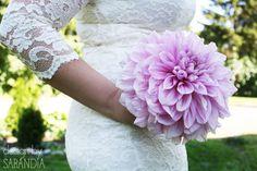 A giant dahlia as a bouquet - A choice for a minimalistic bride