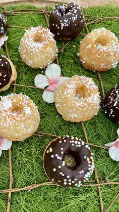 In Zeiten wie diesen, braucht die Seele ganz besonders viel Nervennahrung. Diese fluffigen #Kokos-#MiniGugl sind süße Geschenke aus der Küche für meine Liebsten und Inspiration für die #Osterbäckerei by #Annibackt. Cakepops, Cupcakes, Doughnut, Desserts, Inspiration, Food, Stay At Home, Coconut Flakes, Coconut Milk