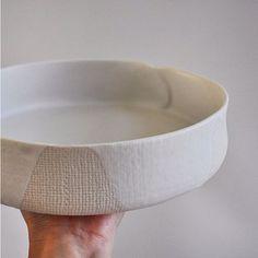 This wrap salad bowl has a perfect satin matt glaze perched on textured… Slab Pottery, Pottery Bowls, Ceramic Pottery, Ceramic Clay, Ceramic Bowls, Modern Serving Bowls, Slab Roller, Slab Ceramics, Clay Studio