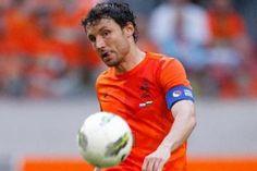 Oranje-captain Mark van Bommel in actie tegen Bulgarije