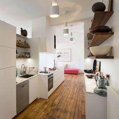 En pointillé l'éclairage étire l'espace de la cuisine vers le salon