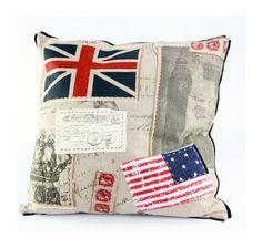 #coussin en tissu avec motif de drapeau cousu de l'Angleterre et  des Etats-unis d'Amérique aux allures de cartes postales.
