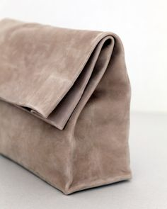 Adaism - Saco De Papel Grande almond: This large clutch is made from a single piece of heavy nubuck. The matte surface goes well with the minimalist nude tone. My Bags, Purses And Bags, Fashion Bags, Fashion Accessories, Minimalist Bag, Minimalist Fashion, Soft Leather, Leather Totes, Grey Leather