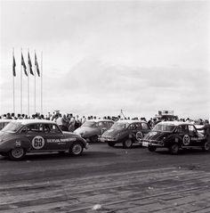 ...deve ter sido a primeira corrida de carros em Brasília. Um mar de DKWs, e aqueles da Serva Ribeiro, concessionária Vemag de SP, são os que mais me encantam.