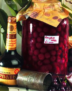 Hozzávalók: 3 kg meggy, 1 kg kristálycukor, kb. 3 dl rum vagy konyak   1. Mire megérik, a rumot (konyakot) a meggy íze, a  meggyet az alkoholé járja át, ettől olyan mesésen finom.  Egy ötliteres (de ... Plum, Wine, Fruit, Food, Marmalade, Liquor, Essen, Yemek, Eten