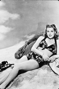 Flores sobre negro, Flower shower Dos años antes de su apuesta tropical –en 1940 concretamente–, la actriz Ann Sheridan ya había optado por otra variante de la tendencia: flores sobre fondo negro. Una versión un poco más dark y quizás más elegante dentro de sus infinitas posibilidades.
