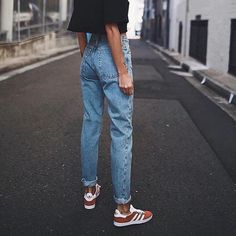 Vintage ladies boyfriend jeans for women mom high waisted jeans blue casual pencil trousers korean streetwear denim pants in 2019 Mode Outfits, Jean Outfits, Casual Outfits, Outfits With Mom Jeans, Mom Jeans Outfit Summer, Weekend Outfit, Simple Outfits, 80s Style Outfits, Mom Jeans Style
