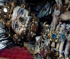 Görenleri Hayrete Düşüren İskeletler Romalıların Katoliklere yaptığı katliamlarda öldürülen Katolik şehitlerine ait olduğuna inanılan iskeletler altın, gümüş, zümrüt gibi değerli taşlarla bezenmiş.