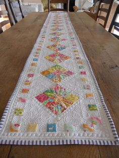 Easy but how amazing is the quilting? It makes the patchwork look far more complicated than it is. Table Runner And Placemats, Quilted Table Runners, Quilted Table Runner Patterns, Small Quilt Projects, Quilting Projects, Quilting Ideas, Fall Sewing Projects, Skinny Quilts, Table Ikea