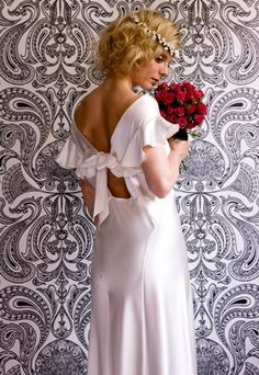 Google Image Result for http://imworld.aufeminin.com/dossiers/D20100208/Kate-Halfpenny-antique-wedding-gown8-175959_L.jpg
