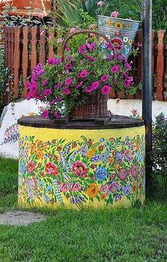 Zalipie Traditional Mural Painting.       Na cidade de Zalipie na Polônia, cada casa recebe uma pintura decorativa típica de motivos flor...