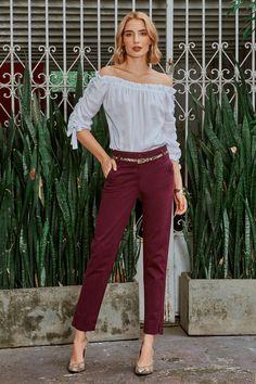 Blusa elaborada en seda off shoulders con detalle ruchado sobre el centro de las mangas. Puños de anudar. Crea un look super chic acompañándola de unos mega pendientes. Look Chic, Capri Pants, Street Style, Fashion, Pants, Blouses, Color Combinations, Silk, Earrings