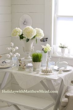 A pretty white Easter table. www.HolidaywithMatthewMead.com