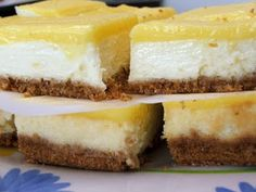Lemon Cheesecake Bars - This is so easy and so tasty! My husband and I really liked this dessert, he's a big Cheesecake Bars fan. Lemon Desserts, Köstliche Desserts, Lemon Recipes, Sweet Recipes, Delicious Desserts, Dessert Recipes, Recipes Dinner, Dessert Healthy, Plated Desserts