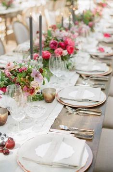 I just love this rustic destination wedding table and pink centerpiece! Just gorgeous for a beach wedding.