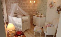 Que tal um enxoval de bebê rosa e azul em um quarto bege? O papel de parede de doces e a poltrona de amamentação da Abstratto ficaram magníficos, confira!