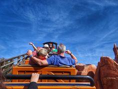 Uma das atrações que mais gostamos no Magic Kingdom é a Big Thunder Mountain Railroad. Já conseguimos ir 4x seguidas! E vocês? #malasepanelas #disney #montanharussa #bigthundermountain #magickingdom #wdw #orlando #viagem #travelgram #instatravel