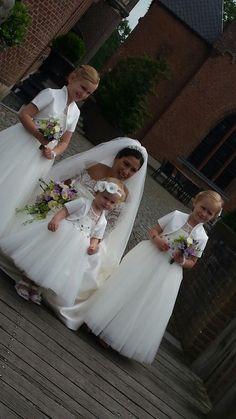 Een prachtige bruid met haar bruidsmeisjes. De bruidsmeisjes hebben een ivoor kleurige jurk waar ik paarse kralen in de bloemen heb gezet. Met bijpassende bloemen in het haar. Prachtig. Wil je dit ook? Kom bij Corrie's bruidskindermode in Terschuur of kijk op bruidskindermode.nl. Trouwen, bruiloft, huwelijk, bruidskinderen, bruidsmeisjesjurk, bruidsmeisjeskleding, kinderbruidskleding, kinderbruidsmode, kinderbruidskleedje.