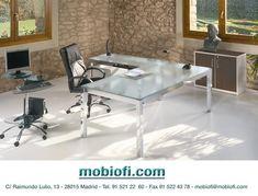 Mobiliario de oficina con la mesa en cristal y las patas cromadas