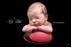 www.lylyflash.fr  photo rugby bébé naissance nouveau-né newborn photography photographe studio