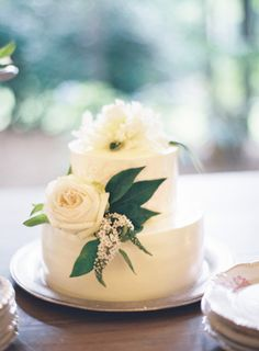 Sweet white wedding cake: http://www.stylemepretty.com/2014/10/24/romantic-outdoor-wedding-amongst-the-trees/ | Photography: Odalys Mendez - http://www.odalysmendezphotography.com/