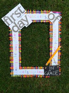 First Day of School DIY Picture Frame Photo Prop - SO perfect for back to school photos for your kids! back to school kids, back to school supplies ideas, back to school ot 1st Day Of School Pictures, School Photos, First Day At School Frame, Kindergarten Pictures, Kindergarten First Day, Preschool Pictures, Back To School Crafts, Back To School Activities, School Ideas