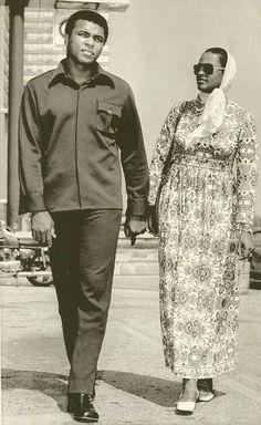 CHICAGO - MUHAMMAD ALI AND WIFE BELINDA - WALKING IN THEIR CHICAGO NEIGHBORHOOD -  1971
