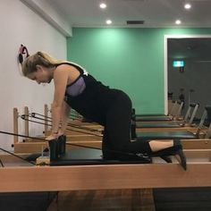 One of my absolute FAV ways to work the glutes on the Reformer! It's also super safe for pregnancy in this 3 point kneeling position.…