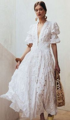 Dramatic whites for summer travel. Maybe a little over the top but I love it! Dramatic whites for summer travel. Maybe a little over the top but I love it! Fashion Mode, Look Fashion, Trendy Fashion, Fashion Outfits, Fashion Tips, Retro Fashion, Fashion Websites, Affordable Fashion, Fashion Clothes