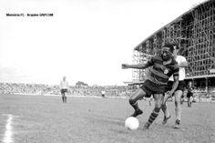 Aos 40 anos, Djalma Santos exibe todo o seu TÔNUS MUSCULAR e a tranquilidade de quem nasceu sabendo jogar bola. Clube Atlético Paranaense