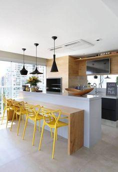 Cadeiras amarelas e balcão cinza. Apartment Kitchen, Living Room Kitchen, Kitchen Decor, Modern Kitchen Design, Interior Design Kitchen, Handleless Kitchen, Luxury Kitchens, Kitchen Flooring, Kitchen Remodel