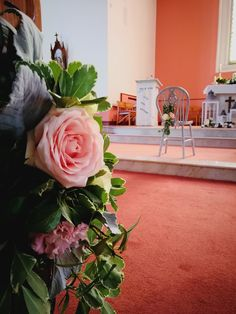 Pew fresh flower details Church Fashion, Church Ceremony, Fresh Flowers, Vip, Table Decorations, Weddings, Plants, Furniture, Home Decor