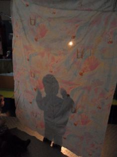 (dagaccent licht en donker) schaduwen, wie zit er achter het doek?