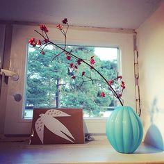 Mein einziges Fensterchen im Arbeitszimmer. Ich liebe es ❤️ Karte @donnawilsonltd Vase @sostrenegrene  #workinggirl #mumpreneur #selbständig #gründerin #nordliebe #zuhausebeinordliebe