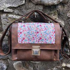 Sac Quadrille en simili cuir et coton fleuri cousu par Laura - Patron Sacôtin