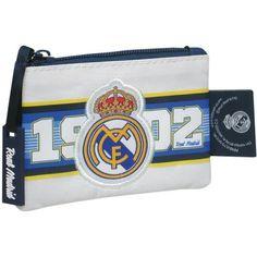 Monedero Real Madrid  Monedero rectangular con un único compartimento con cierre de cremallera  Decorado con el escudo del club  Dimensiones: 12 x 1 x 10 cm  Producto oficial Real Madrid  Fabricado por CyP